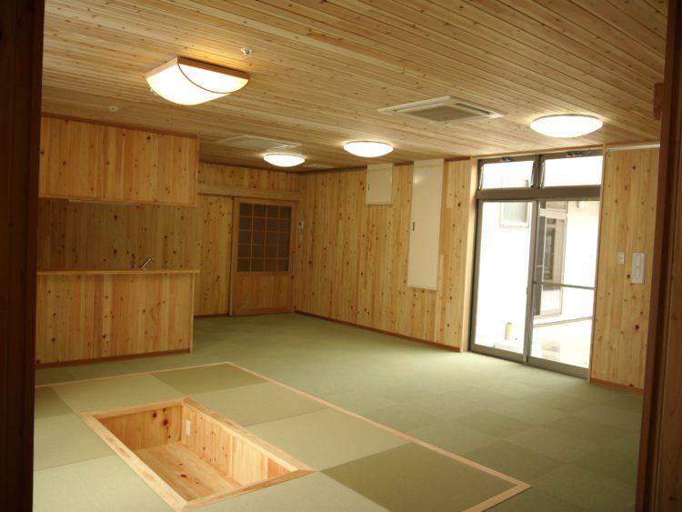 多機能な食堂と、木仕上げの温もり